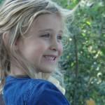 Nina vanaf schouders – lachend (voor : zijkant)