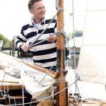 1 Rudolf Bijleveld 2019 – Staand in zeilboot. Mirella Boot Fotografie I 02